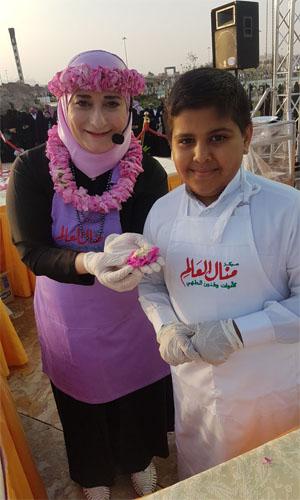شاهد بالصور أطفال الطائف يحتفلون بمهرجان ورد الطائف 13 مع منال العالم -1