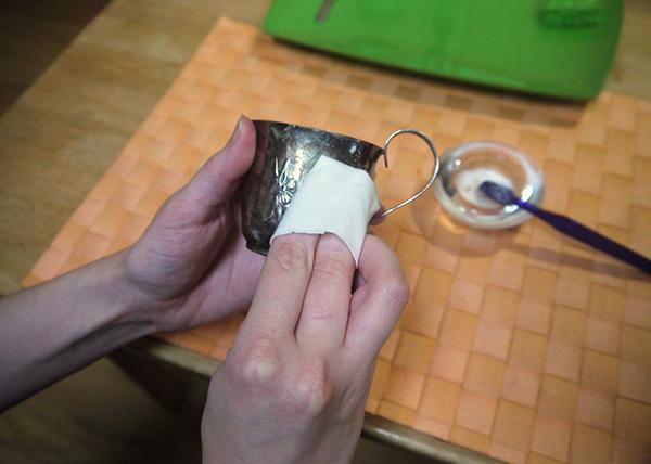 استخدام معجون الأسنان لتلميع أواني الفضة-0