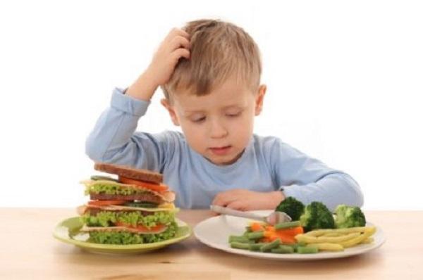 طفلك لا يأكل كل شيء؟ هكذا تقنعيه